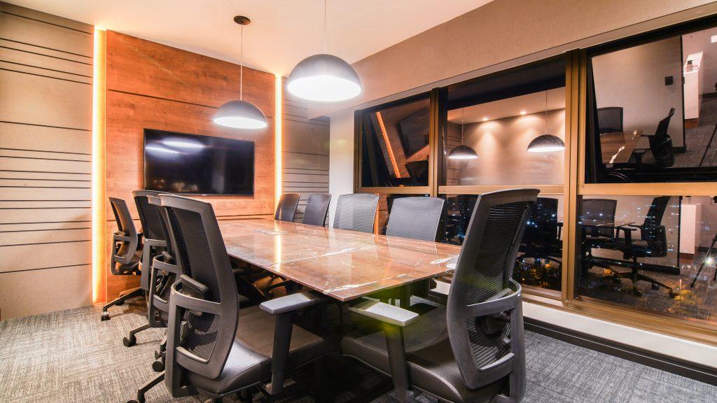 AVF-A7301692-1024x576 %categoria Como um mobiliário personalizado pode ajudar na ergonomia do seu time?