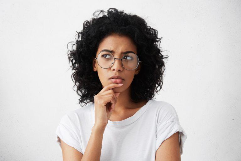 isolated-portrait-of-stylish-young-mixed-race-woman-with-dark-shaggy-hair-touching-her-chin_Easy-Resize.com_-768x512 %categoria Controle de impressões: aprenda como gerenciar e reduzir custos