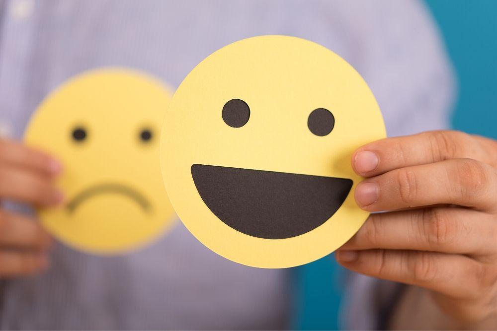 imagem-ilustra-sentimento-postivo-e-negativo-em-alusao-a-saude-no-trabalho %categoria Síndrome de Burnout: entenda como áreas de descompressão podem te ajudar